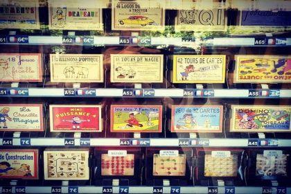 Les jeux anciens du distributeur automatique à la gare de Nantes