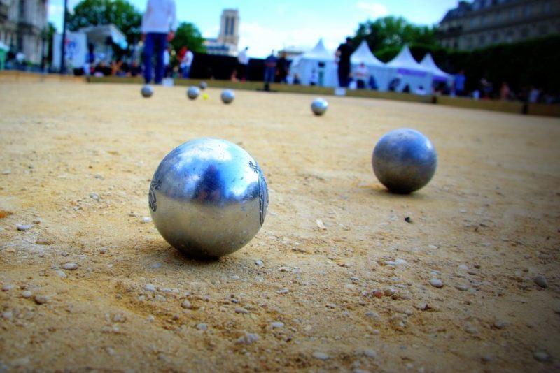 Des boules de pétanque sur un terrain de jeu