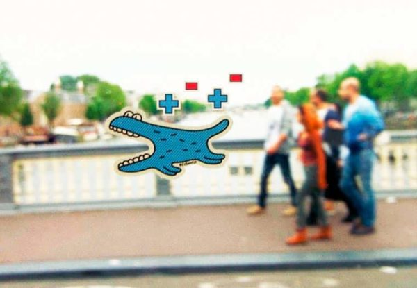 Jeu avec un stickers dans le tram d'Amsterdam
