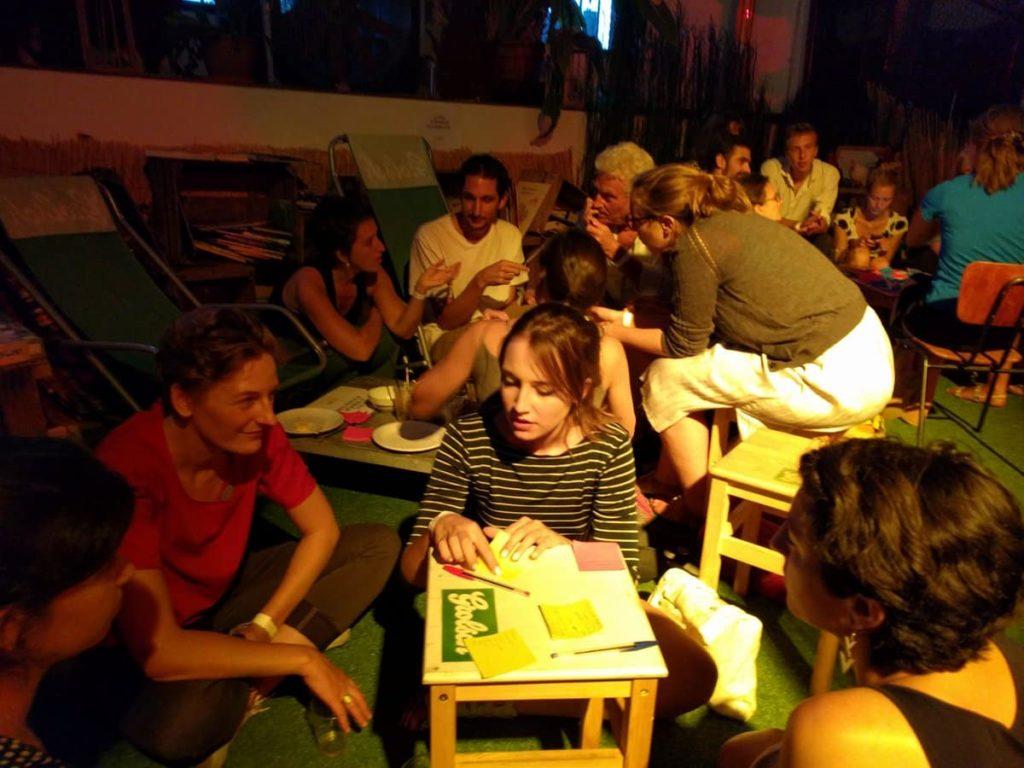 Des participants réfléchissent aux grands principes du contrat social