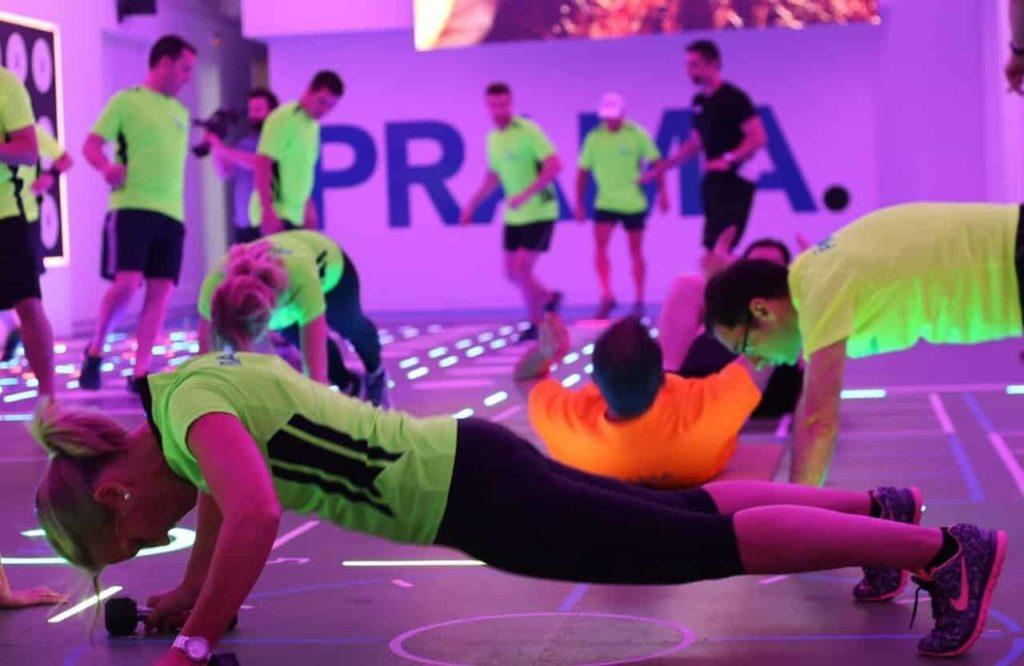 Des gens font du sport connecté en salle.