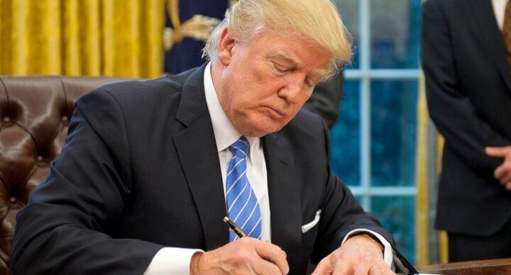 Donald Trump en train de signer un décret.