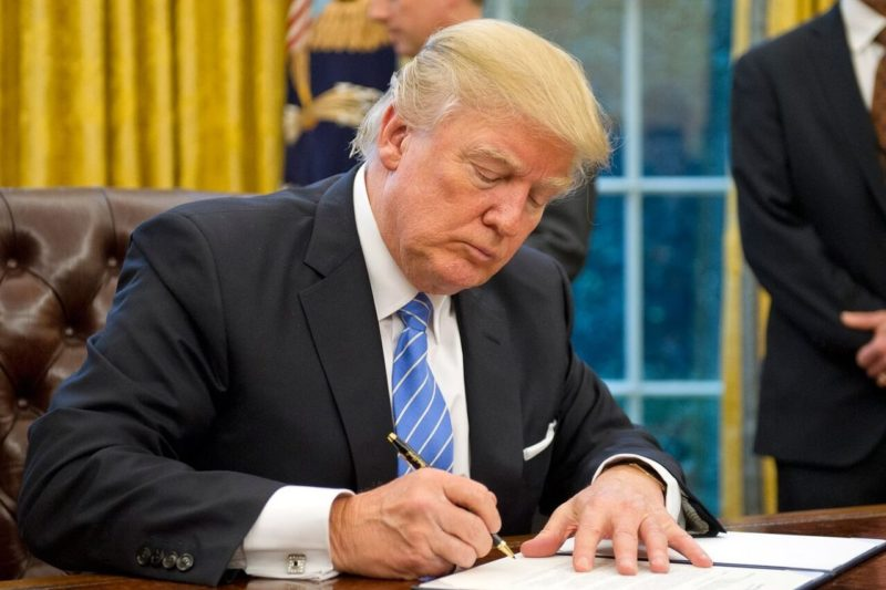 Donald Trump en train de signer un décret.