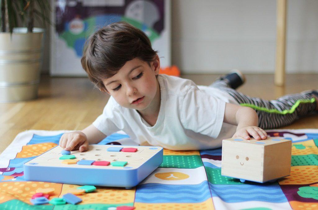 Un enfant joue avec Cubetto