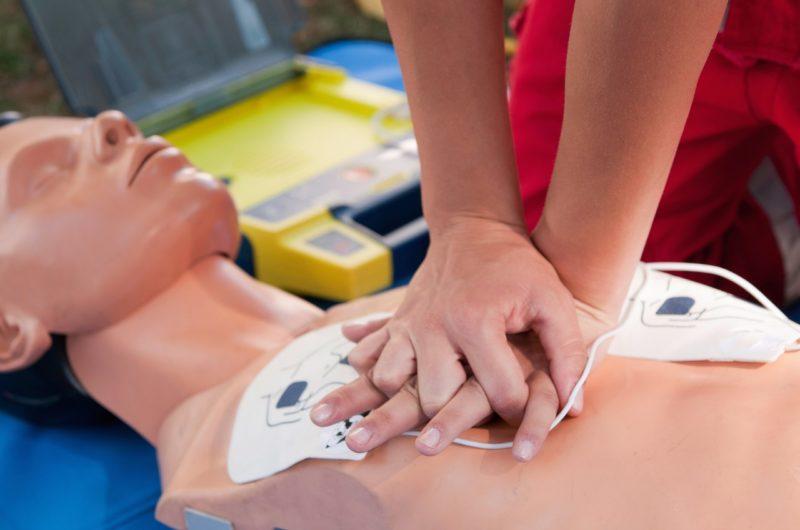 Des mains font un massage cardiaque sur un torse