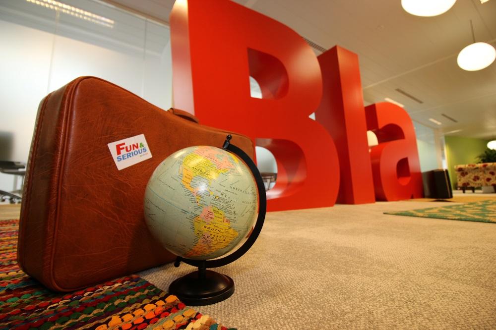 Un globe et le logo BlaBlaCar