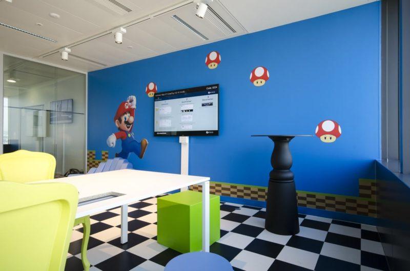 Un mur bleu avec le personnage de jeu vidéo Mario