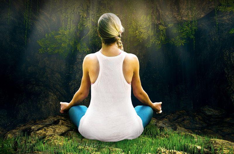 Une femme médite dans un cadre paradisiaque