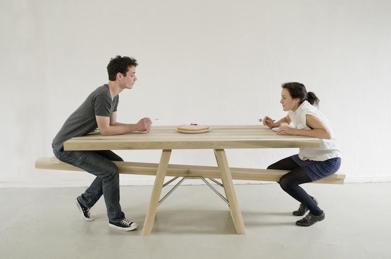 Deux personnes sur une table à bascule