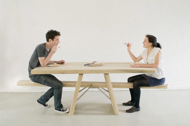 Un couple mange sur une table à bascule