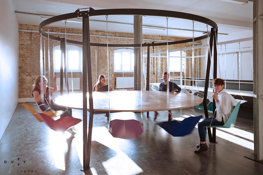 Une table avec des chaises balançoires