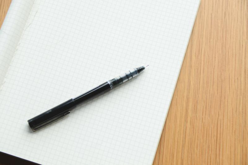 Une feuille et un stylo