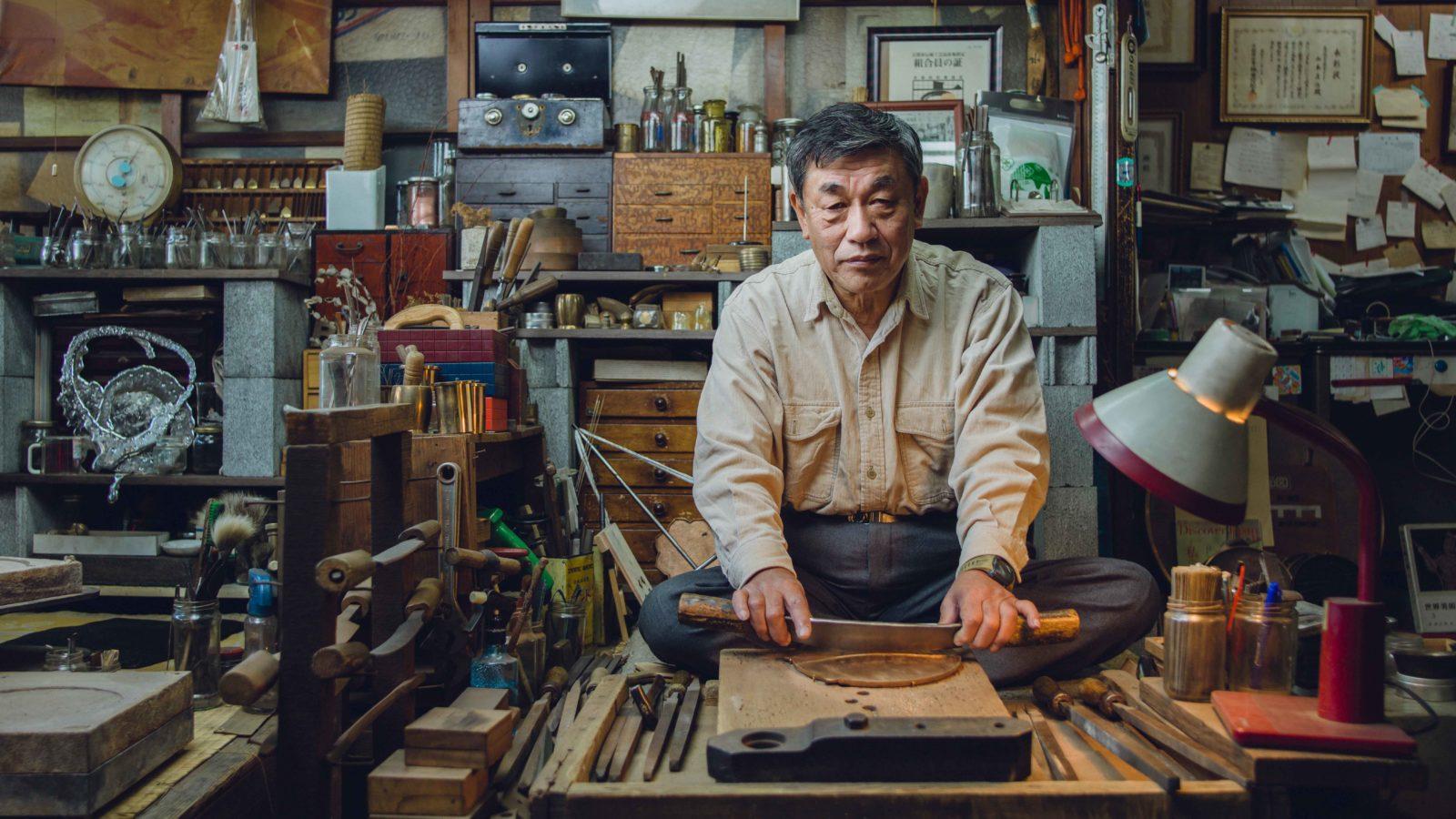 Un homme chinois fabrique un miroir magique.