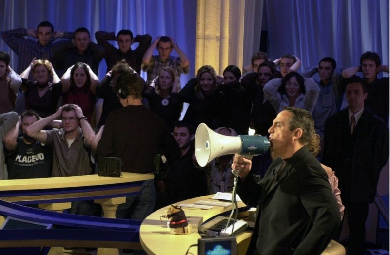 Un homme tient un mégaphone