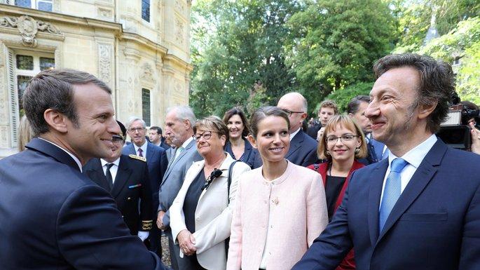 Une foule de gens autour d'Emmanuel Macron